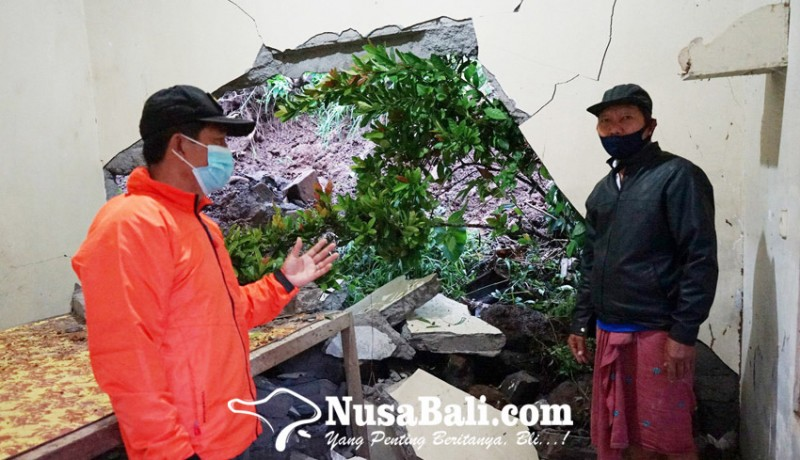 www.nusabali.com-rumah-ketua-mgmp-karangasem-diterjang-longsor