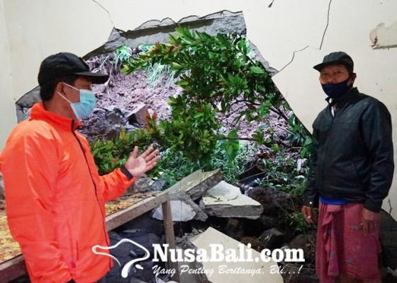 Nusabali.com - rumah-ketua-mgmp-karangasem-diterjang-longsor