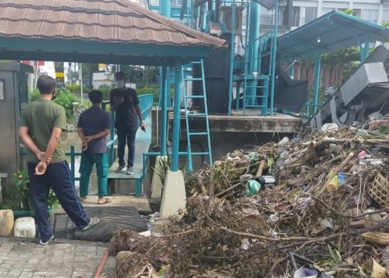 Nusabali.com - hujan-sampah-nyangkut-di-trash-rake-tukad-mati