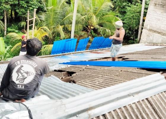 Nusabali.com - diterjang-angin-kencang-atap-dan-plafon-toko-baju-rusak