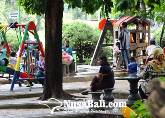 Nusabali.com - ppkm-lapangan-puputan-badung-tetap-ramai