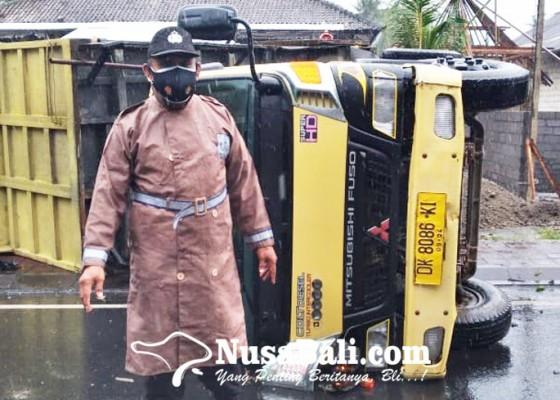 Nusabali.com - truk-terguling-sopir-selamat