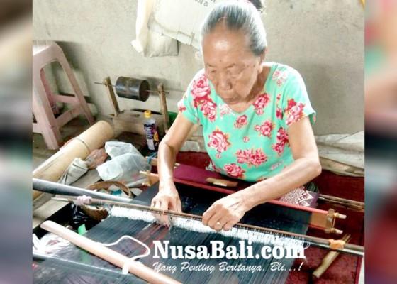 Nusabali.com - kerajinan-tenun-tetap-bertahan
