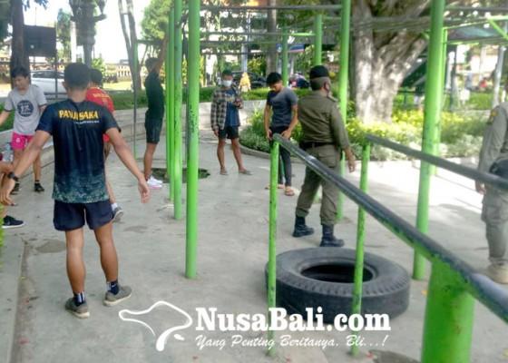 Nusabali.com - satpol-pp-razia-lapangan-puputan-badung-sebanyak-18-orang-diberi-teguran