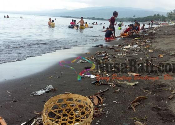 Nusabali.com - kumuh-pantai-pengastulan-seririt-penuh-sampah
