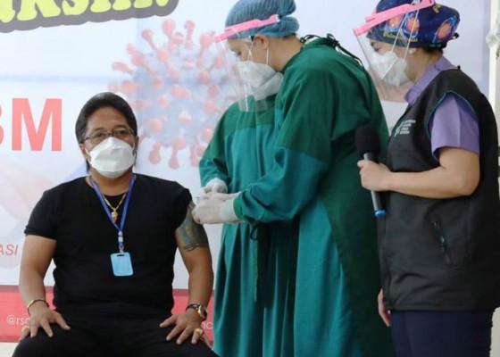 Nusabali.com - vaksinasi-dosis-kedua-bupati-giri-prasta-ngaku-sedikit-ngantuk