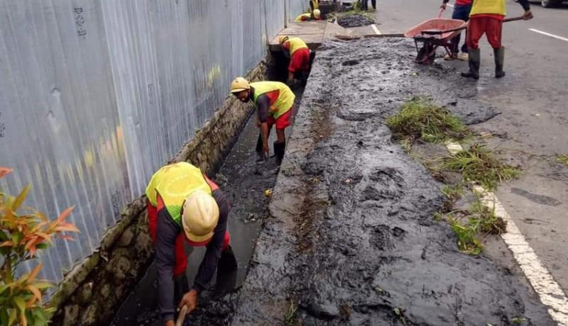 www.nusabali.com-dipenuhi-lumpur-pupr-badung-bersihkan-saluran-air-di-kuta