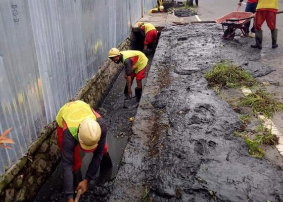 Nusabali.com - dipenuhi-lumpur-pupr-badung-bersihkan-saluran-air-di-kuta