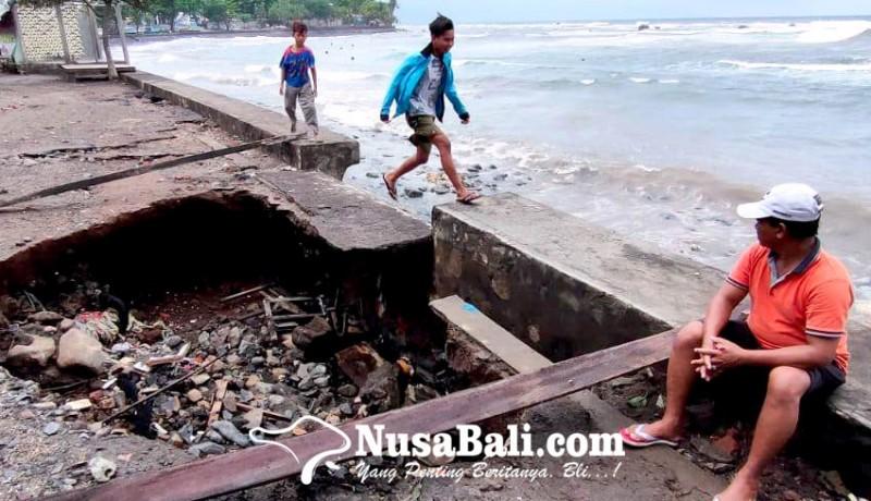 www.nusabali.com-jalan-di-pesisir-kayubuntil-jebol-dihantam-gelombang-pasang
