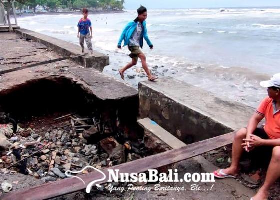 Nusabali.com - jalan-di-pesisir-kayubuntil-jebol-dihantam-gelombang-pasang