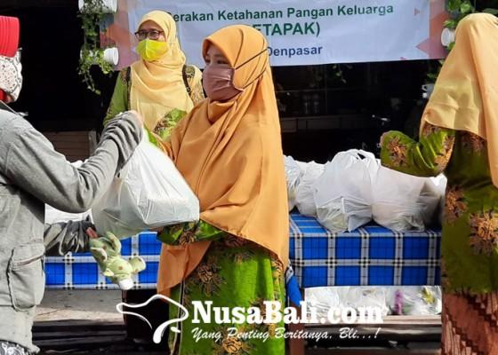 Nusabali.com - pca-denpasar-barat-bagikan-125-cantelan-ke-warga