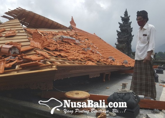 Nusabali.com - bale-gong-di-pura-desa-lemukih-roboh-akibat-diamuk-hujan-angin