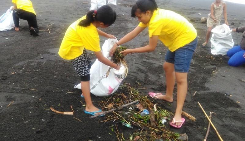 www.nusabali.com-sampah-banjir-serbu-pantai-gumicik
