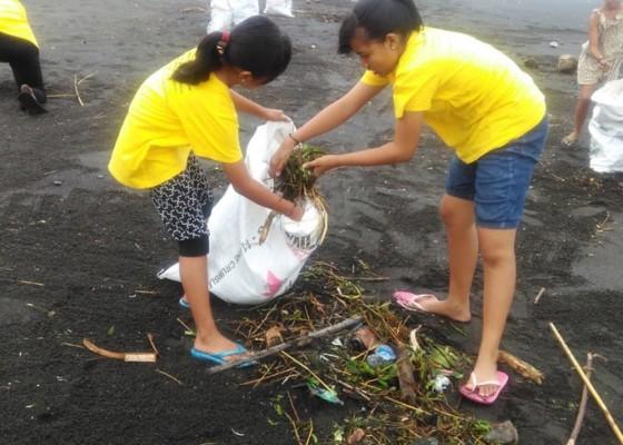 Nusabali.com - sampah-banjir-serbu-pantai-gumicik