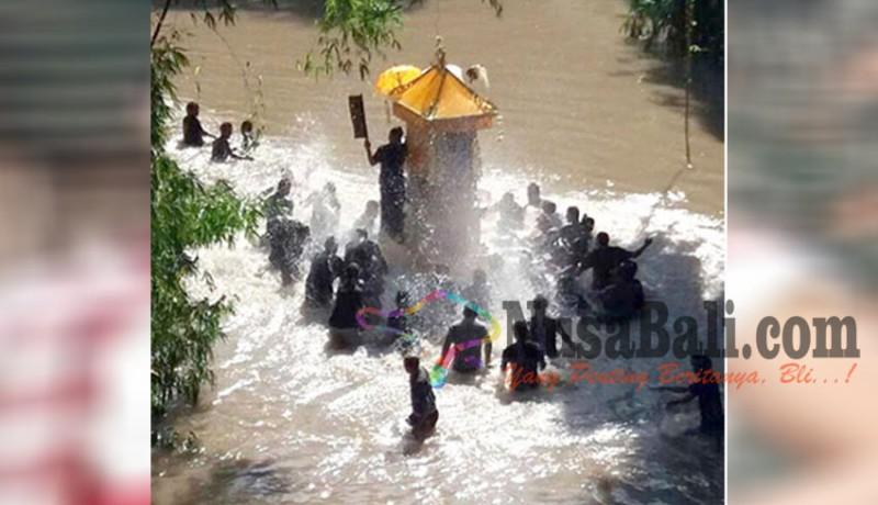 www.nusabali.com-krama-usung-bade-harus-nyeberangi-sungai