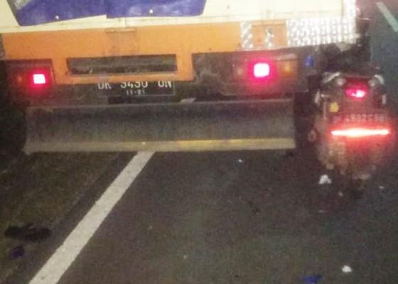 Nusabali.com - tabrak-truk-parkir-pemotor-tewas-di-tkp