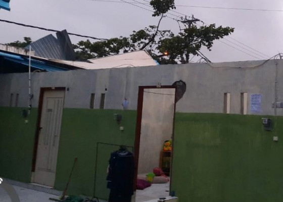 Nusabali.com - angin-kencang-atap-rumah-kos-terbang