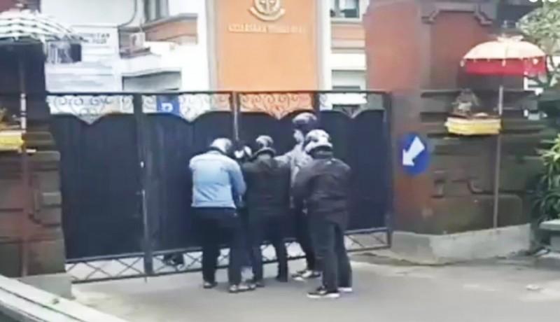 www.nusabali.com-kejati-bali-respons-aksi-lima-pria-misterius-di-depan-gerbang-kejati