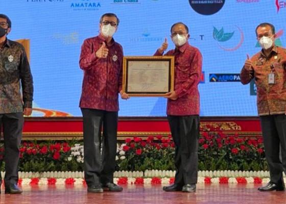 Nusabali.com - menkumham-serahkan-sertifikat-24-kekayaan-intelektual-pulau-dewata