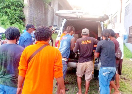Nusabali.com - jatuh-dari-atap-buruh-bangunan-tewas