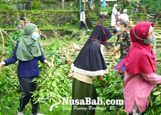 Nusabali.com - karena-titah-raja-krama-muslim-ikut-ngayah-bersih-bersih