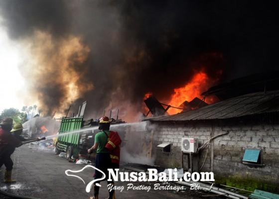 Nusabali.com - diawali-suara-ledakan-gudang-rongsokan-ludes-terbakar