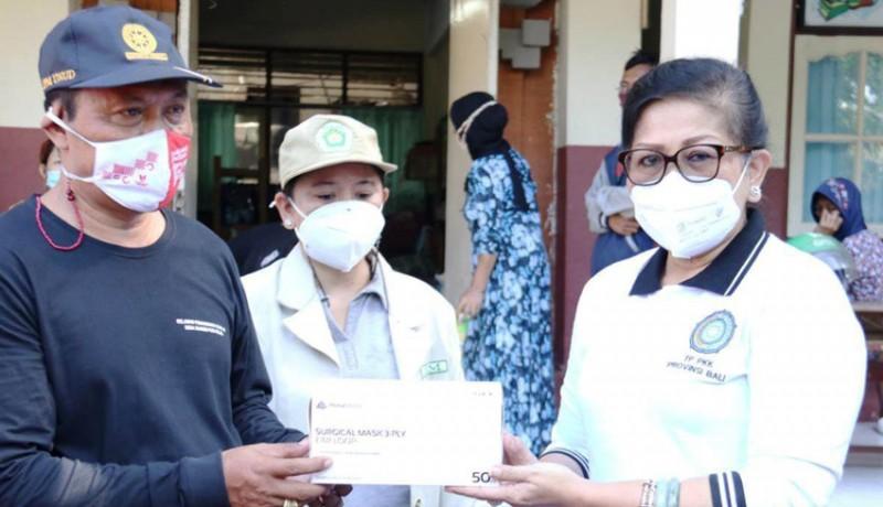 www.nusabali.com-tp-pkk-dan-pakis-bali-bantu-korban-kebakaran-gudang-rongsokan