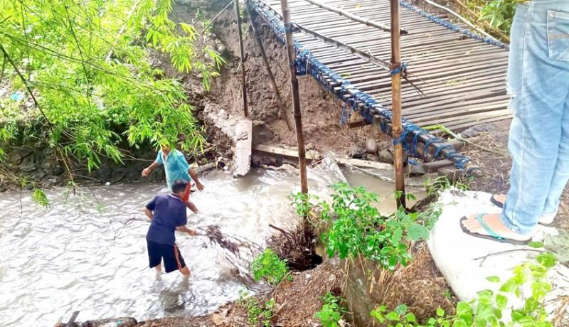 www.nusabali.com-jembatan-darurat-penghubung-desa-tinga-tinga-dan-desa-pengulon-jebol