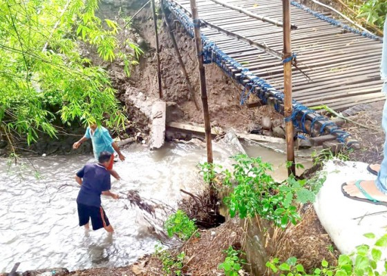 Nusabali.com - jembatan-darurat-penghubung-desa-tinga-tinga-dan-desa-pengulon-jebol