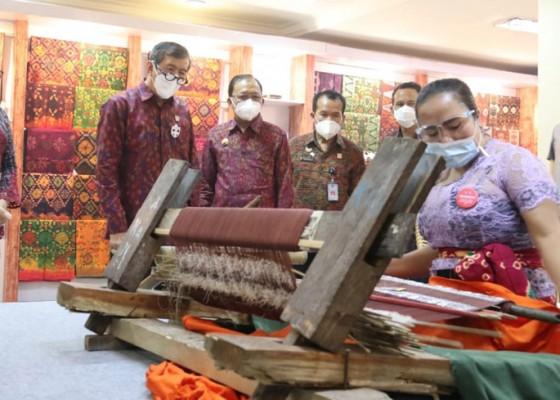 Nusabali.com - menkum-ham-belanja-endek-motif-aksara-bali