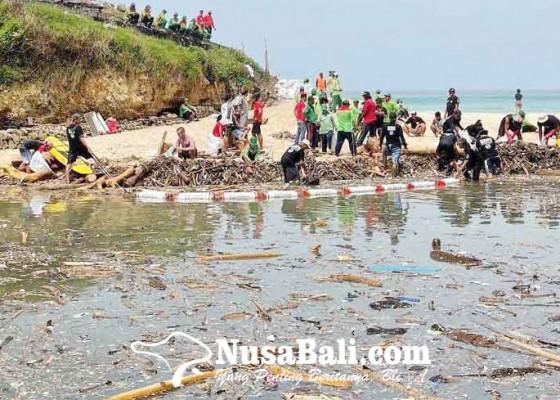 Nusabali.com - petugas-kebersihan-angkut-5-ton-sampah-dari-muara-sungai