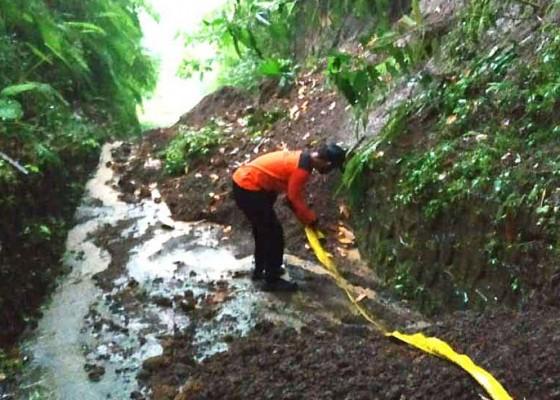 Nusabali.com - jalan-menuju-pura-puncak-tedung-longsor
