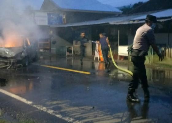 Nusabali.com - tabrakan-beruntun-di-temukus-satu-mobil-terbakar