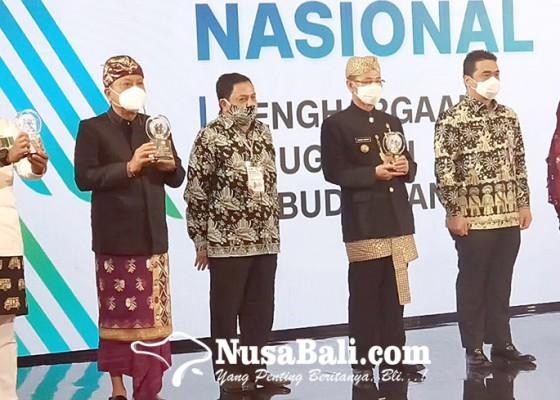 Nusabali.com - rai-mantra-terima-anugerah-kebudayaan-pwi