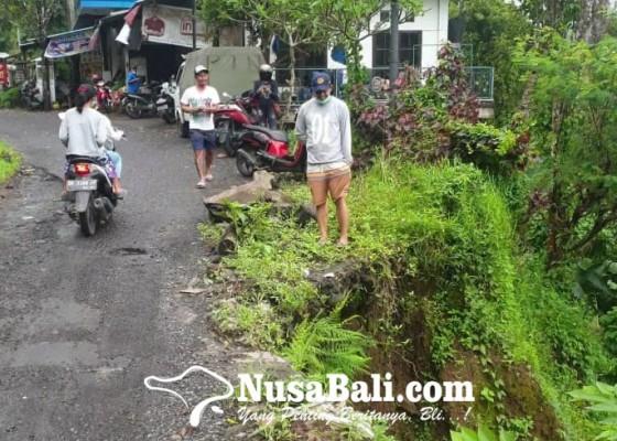 Nusabali.com - badan-jalan-di-sekumpul-tergerus-perbaikan-tunggu-pemenang-lelang