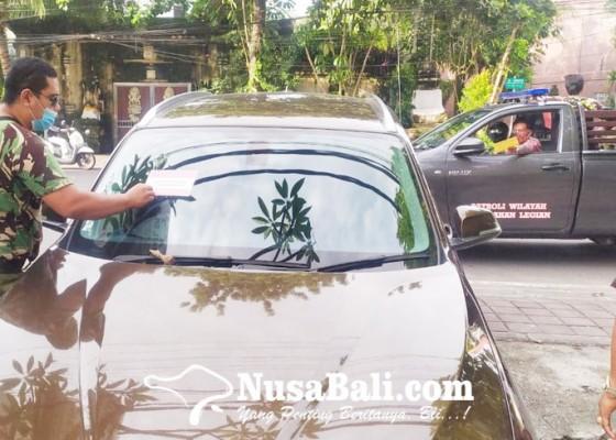 Nusabali.com - petugas-gabungan-tertibkan-kendaraan-parkir-sembarangan