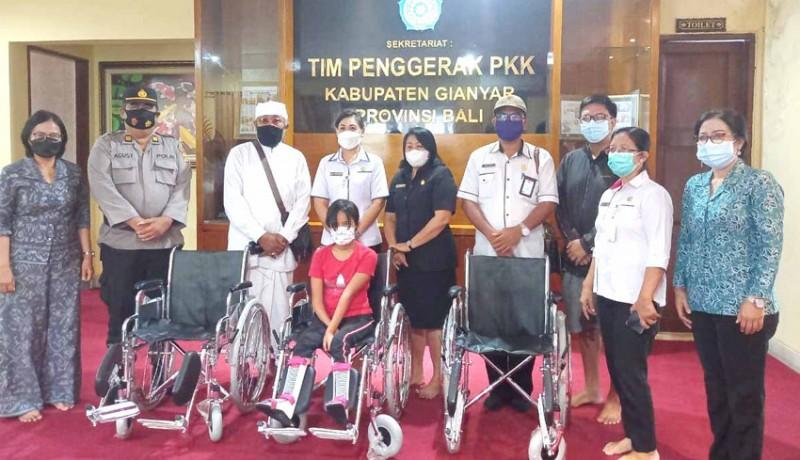 www.nusabali.com-disabilitas-terima-bantuan-kursi-roda