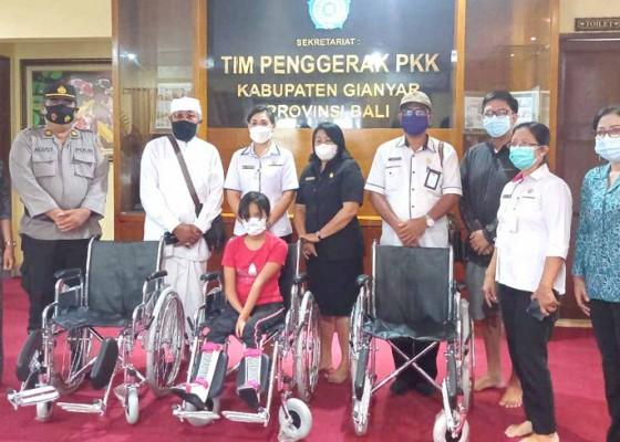 Nusabali.com - disabilitas-terima-bantuan-kursi-roda