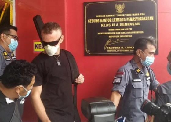 Nusabali.com - turis-inggris-yang-bunuh-polisi-di-pantai-kuta-bebas-dari-lp-kerobokan
