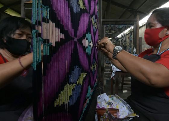 Nusabali.com - surat-edaran-gubernur-bali-terbaru-setiap-selasa-pakai-endekkain-tenun-tradisional-bali