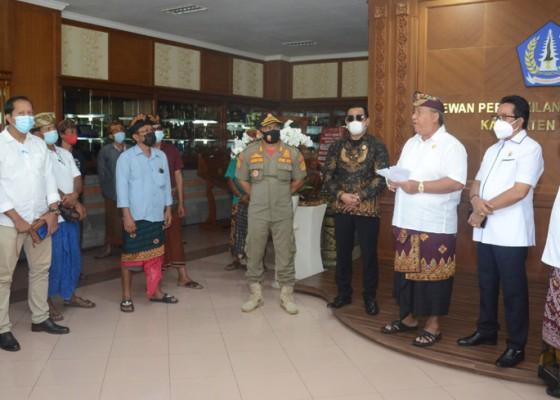Nusabali.com - merasa-tak-dapat-keadilan-pendukung-salah-satu-mengadu-ke-dewan
