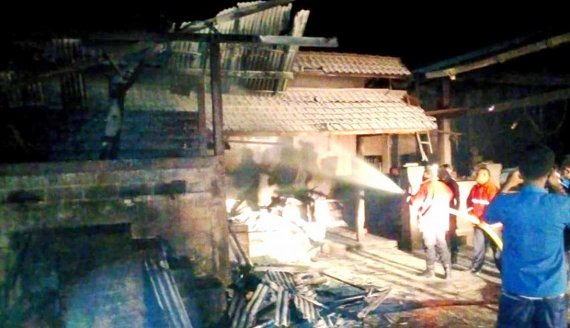www.nusabali.com-ditinggal-pulang-karyawan-gudang-oven-kopra-terbakar