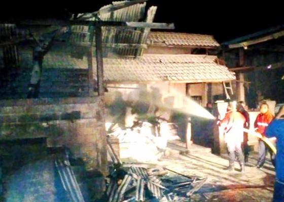 Nusabali.com - ditinggal-pulang-karyawan-gudang-oven-kopra-terbakar