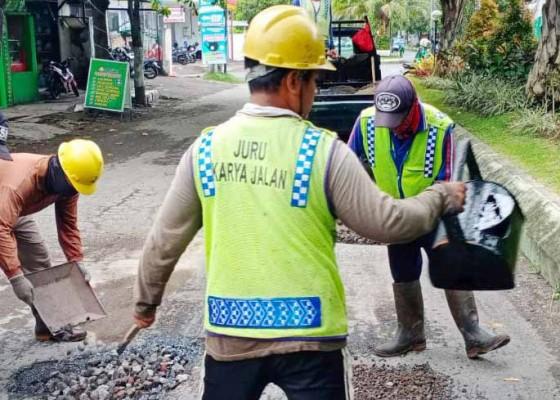 Nusabali.com - rp-302m-untuk-perbaiki-jalan-rusak