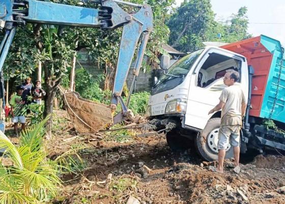 Nusabali.com - dump-truck-terguling-sopir-luka-luka