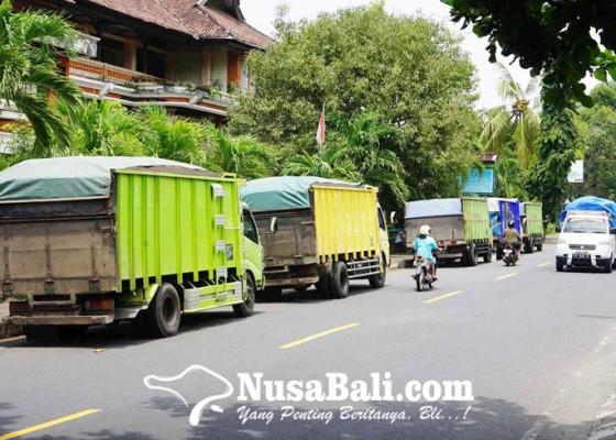 Nusabali.com - ketua-phri-komplin-truk-parkir-di-bahu-jalan-candidasa