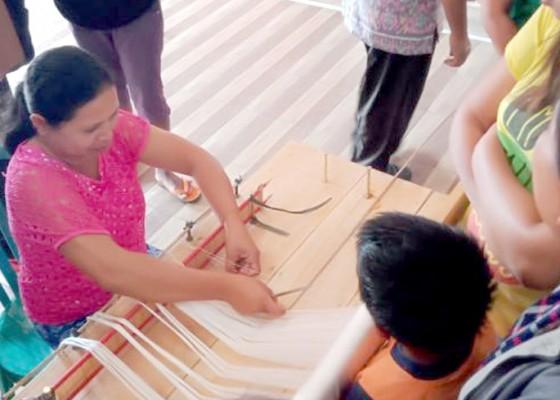 Nusabali.com - penenun-cagcag-harap-bisa-menenun-endek
