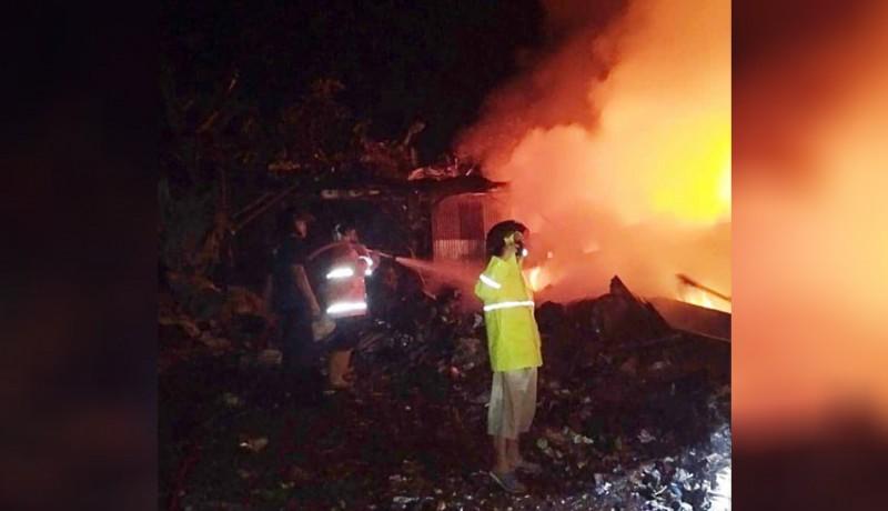 www.nusabali.com-gudang-rongsokan-di-penarukan-terbakar