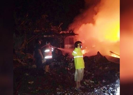 Nusabali.com - gudang-rongsokan-di-penarukan-terbakar