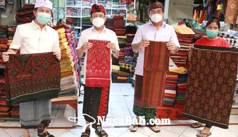 www.nusabali.com-gubernur-koster-dan-bupati-suwirta-motivasi-perajin-dan-pedagang-kain-endek